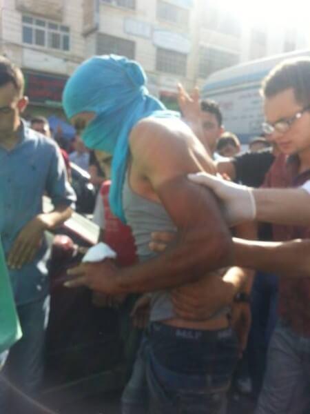 Israelis grab Palestinian protestors