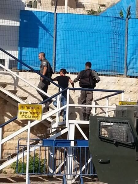 IsraelisholdPalestinianPrisoner
