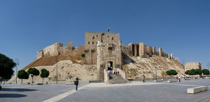 English: Frontal view on the Citadel of Aleppo...