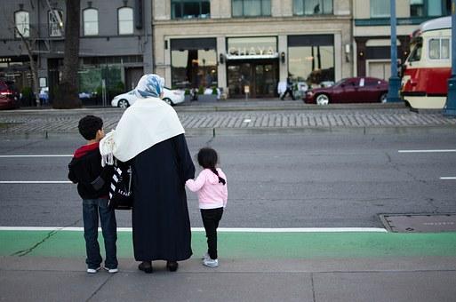Family migrants in Algeria. Photo courtesy fo Pixabay